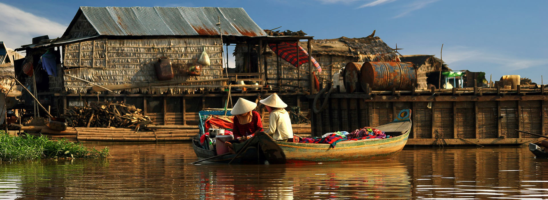 cambodian_women_sail_on_a_boat_tonle_sap_lake